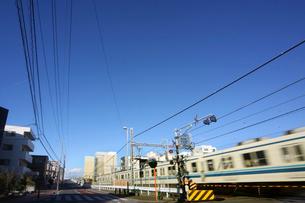 電車が走る街並みの写真素材 [FYI01500766]