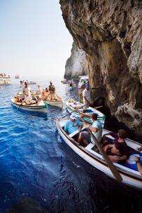 青の洞窟前のボート乗り場の写真素材 [FYI01500790]