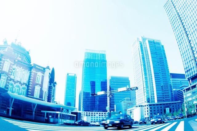 朝の東京駅前の写真素材 [FYI01500802]