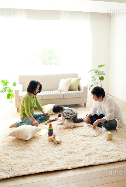 リビングでくつろぐ家族の写真素材 [FYI01500856]