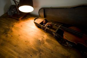 棚の上のバイオリンの写真素材 [FYI01500914]