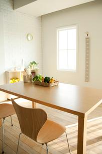 ダイニングテーブルの写真素材 [FYI01500990]