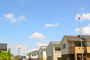 青空の住宅街の写真素材 [FYI01500997]