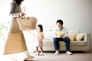 洗濯物を運ぶ母親の写真素材 [FYI01501000]