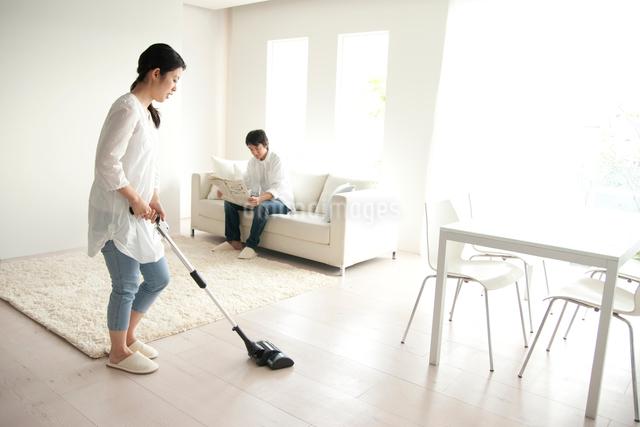 リビングを掃除する女性の写真素材 [FYI01501018]