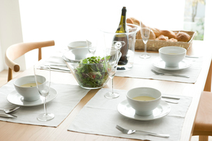 食事を用意したダイニングの写真素材 [FYI01501042]