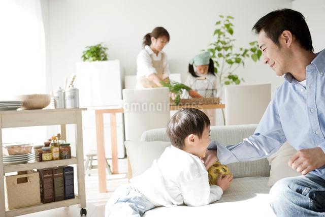 リビングで団欒をする家族の写真素材 [FYI01501078]