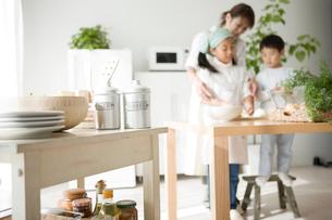 料理の手伝いをする子供と母親の写真素材 [FYI01501090]
