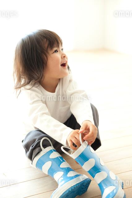 長靴を履く女の子の写真素材 [FYI01501112]