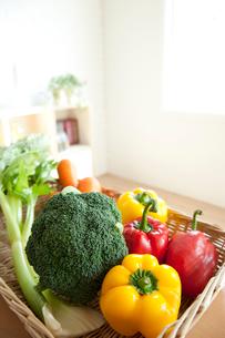 テーブルに置いた野菜の写真素材 [FYI01501122]