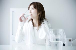 水を飲む女性の写真素材 [FYI01501123]