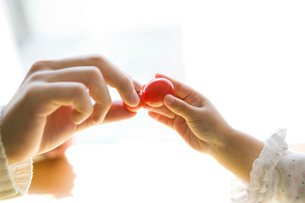 トマトを手に取る子供の写真素材 [FYI01501239]