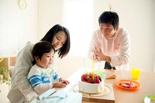 誕生日ケーキを見る家族の写真素材 [FYI01501247]