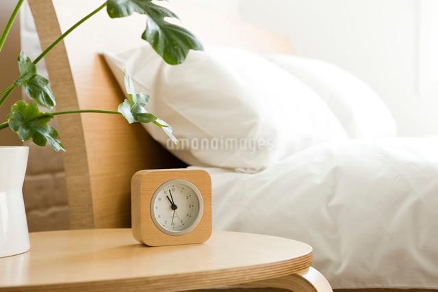 時計とベッドの写真素材 [FYI01501257]