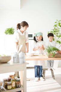 料理の手伝いをする子供と母親の写真素材 [FYI01501271]