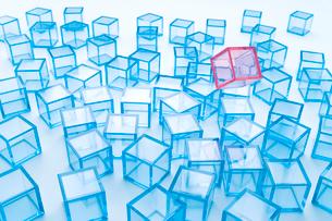 青アクリルキューブと空中に浮く赤アクリルキューブの写真素材 [FYI01501277]