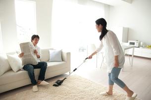 リビングを掃除する女性の写真素材 [FYI01501286]