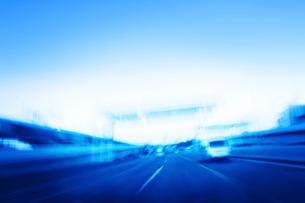 朝の高速道路の写真素材 [FYI01501325]