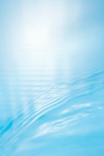 ライトブルーの水面の波の写真素材 [FYI01501345]