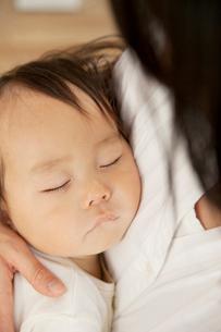 お母さんに抱っこされて眠る赤ちゃんの写真素材 [FYI01501380]