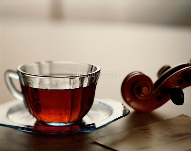 ティーカップとバイオリンの写真素材 [FYI01501400]