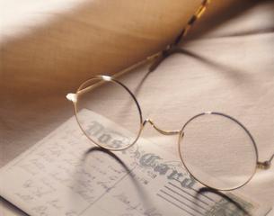メガネとハガキの写真素材 [FYI01501462]