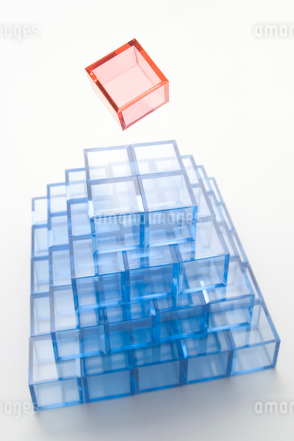 ピラミッド形に積んだ青いアクリルキューブの写真素材 [FYI01501486]