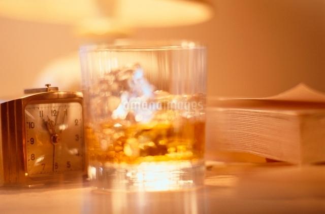 ウィスキーグラスと時計と本の写真素材 [FYI01501507]