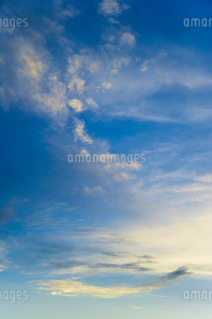 夕日に染まる雲の写真素材 [FYI01501544]