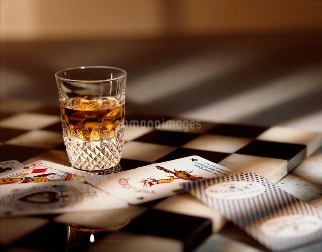 ウィスキーとカードの写真素材 [FYI01501570]