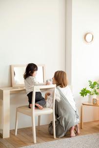 化粧台の前の母親と女の子の写真素材 [FYI01501601]