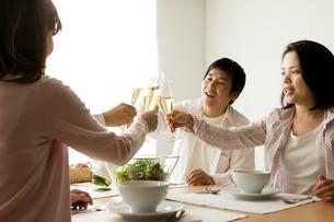 ホームパーティーで乾杯する家族の写真素材 [FYI01501604]