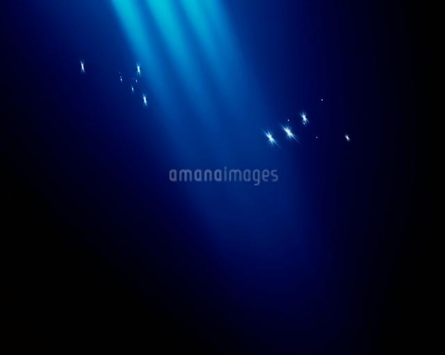 青い光芒と星のイメージの写真素材 [FYI01501633]