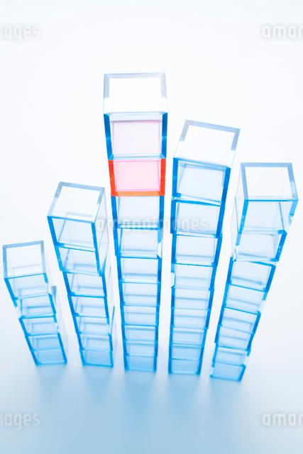 縦に積み上げた青アクリルキューブと赤アクリルキューブの写真素材 [FYI01501676]