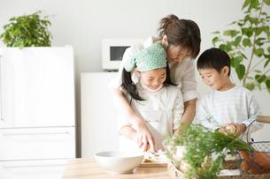 料理の手伝いをする子供と母親の写真素材 [FYI01501686]