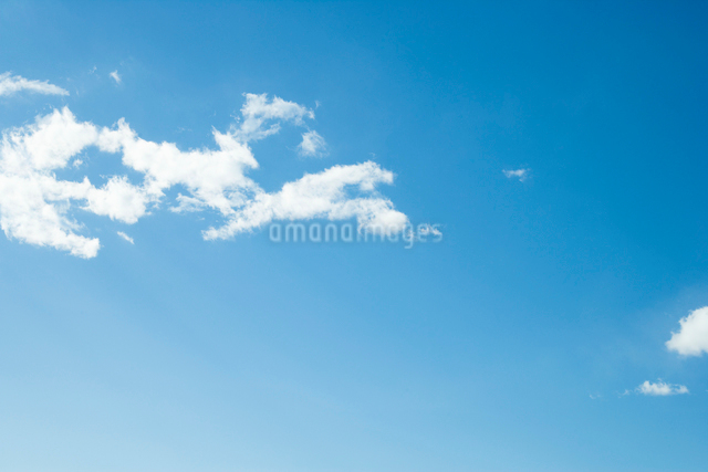 青空に白い雲の写真素材 [FYI01501693]
