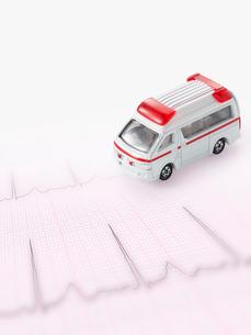 救急車と心電図の写真素材 [FYI01501717]
