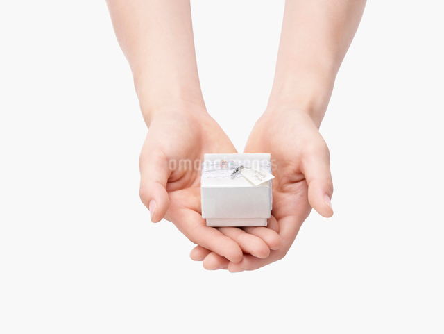 手にのせたプレゼントの箱の写真素材 [FYI01501722]