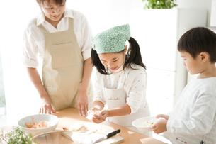 料理の手伝いをする子供と母親の写真素材 [FYI01501764]
