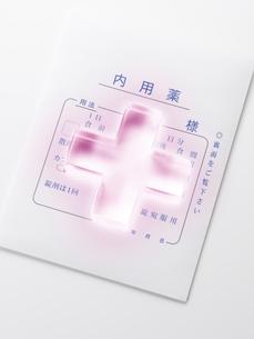 薬の袋と透明の十字の写真素材 [FYI01501774]