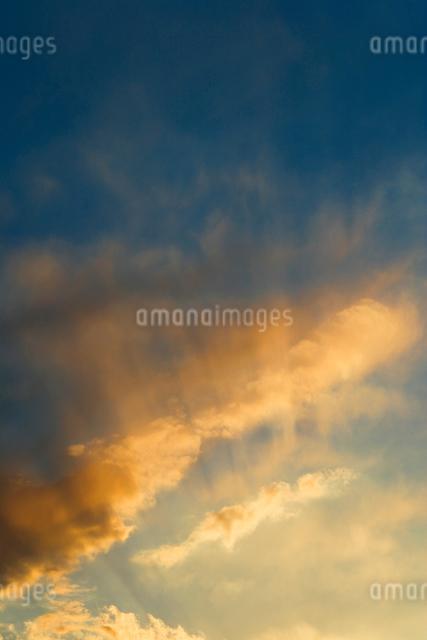 夕日に染まる雲の写真素材 [FYI01501779]