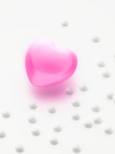 ピンクのハートと薬の写真素材 [FYI01501852]