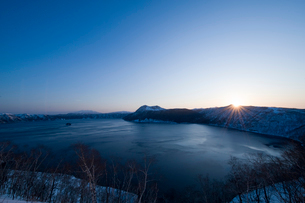 朝日と摩周湖の写真素材 [FYI01501857]