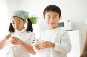 料理の手伝いをする子供の写真素材 [FYI01501861]