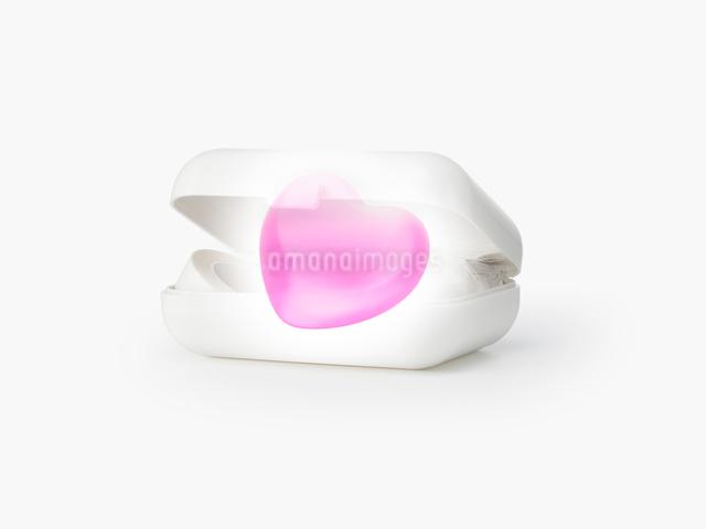 薬箱とピンクのハートの写真素材 [FYI01501896]