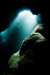 光の射す水中洞窟の写真素材 [FYI01501910]
