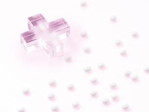 ピンクのクロスと薬の写真素材 [FYI01501960]