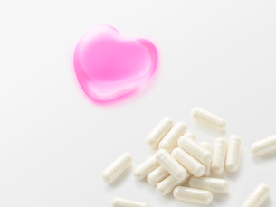 ピンクのハートとカプセルの薬の写真素材 [FYI01501962]