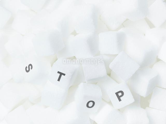 敷き詰めた角砂糖とSTOPの文字の写真素材 [FYI01501963]