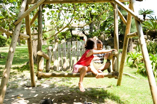 公園で語らう2人の子供の写真素材 [FYI01501972]